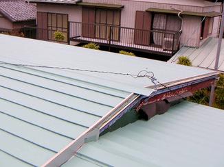 外壁・屋根リフォーム 古い屋根の見栄えをよくして雨音も軽減