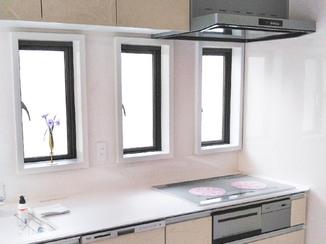キッチンリフォーム クリスタルカウンターが輝く、調理のはかどる明るいキッチン